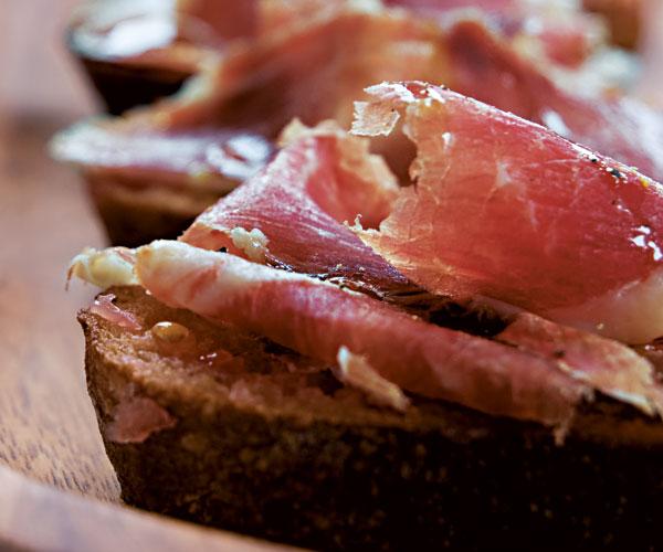 SPANISH TAPAS: BREAD WITH TOMATO AND IBERICO HAM